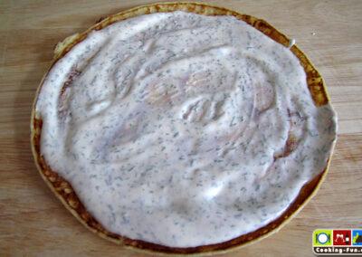 Die Füllung auf den Pfannkuchen