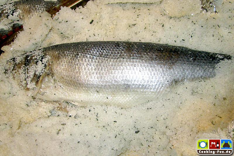 Fisch vorsichtig freilegen, Haut nicht verletzen