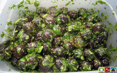 Oliven in Knoblauchöl eingelegt