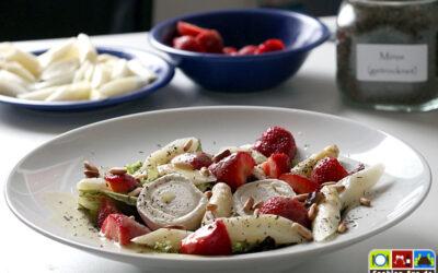 Salat mit Spargel, Erdbeeren und Ziegenkäse