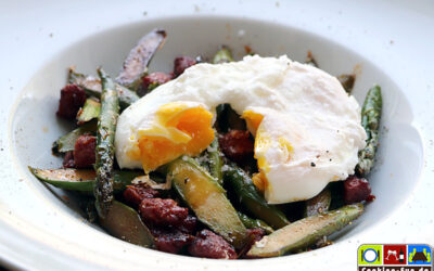 Chorizo-Spargel-Pfanne mit pochiertem Ei