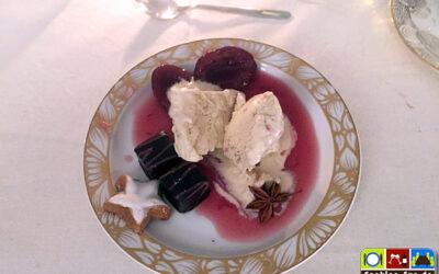 Lebkuchen-Parfait mit Rotweinpflaumen