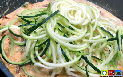 Zoodeln: Zucchini-Spaghetti mit Hähnchen (Low-Carb)